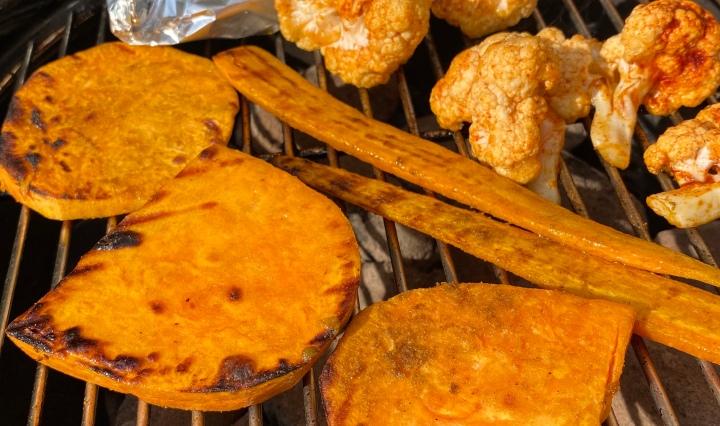 Groente op de barbecue: zoete aardappel, wortel en bloemkool