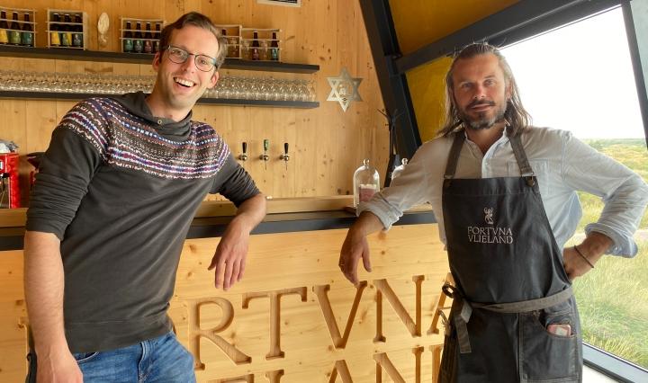 Zegert met bierbrouwer Bojan Bajic in brouwerij Fortuna Vlieland